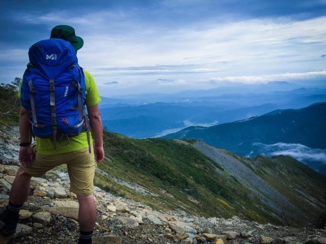 山の上から景色を見る
